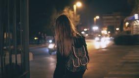 Opinión trasera la mujer morena joven que camina tarde en la noche en centro de ciudad de Roma, Italia Las vueltas de la muchacha Imágenes de archivo libres de regalías