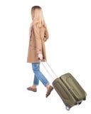 Opinión trasera la mujer que camina con la maleta muchacha hermosa en el MES Imágenes de archivo libres de regalías
