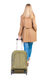 Opinión trasera la mujer que camina con la maleta muchacha hermosa en el MES Imagen de archivo libre de regalías