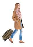 Opinión trasera la mujer que camina con la maleta muchacha hermosa en el MES Foto de archivo