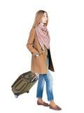 Opinión trasera la mujer que camina con la maleta muchacha hermosa en el MES Fotos de archivo