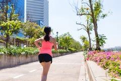 Opinión trasera la mujer que corre en el parque Imagenes de archivo