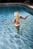 Opinión trasera la mujer rubia en piscina Imagen de archivo libre de regalías
