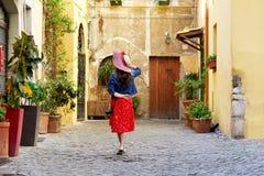Opinión trasera la mujer turística que celebra el sombrero en Trastevere en Roma, Italia Imagenes de archivo