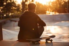 Opinión trasera un adolescente masculino que tiene rotura Fotografía de archivo