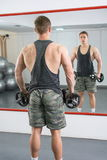 Opinión trasera un hombre confiado y masculino en el gimnasio Fotos de archivo