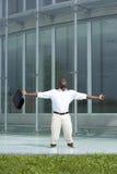 Opinión trasera un hombre de negocios dentro de una piscina Imagen de archivo libre de regalías
