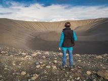 Opinión trasera una mujer delante de un volcán Fotografía de archivo libre de regalías