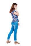 Opinión trasera una mujer que habla en el teléfono Imagen de archivo