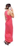 Opinión trasera una mujer que habla en el teléfono Fotografía de archivo
