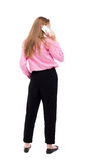 Opinión trasera una mujer que habla en el teléfono opinión de la parte trasera la persona Imagen de archivo