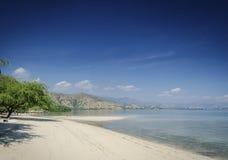 Opinión tropical de la playa del branca de Areia cerca de Dili en Timor Oriental Fotografía de archivo