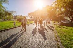 Opinión ucraniana del paisaje urbano del verano la gente Blurred que camina en el camino de los adoquines Imágenes de archivo libres de regalías