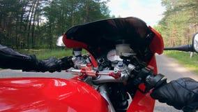 Opinión un motorista, conduciendo una motocicleta en un camino almacen de metraje de vídeo