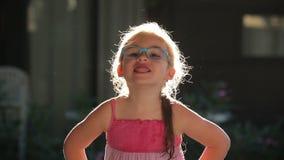 Opinión una niña en luz del sol almacen de video