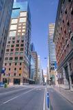 Opinión urbana de la calle de la escena por la mañana Imagen de archivo libre de regalías