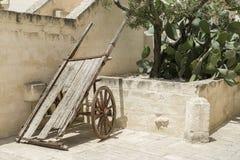 Opinión urbana de la ciudad de un borgo italiano en Puglia con los detalles de madera fotografía de archivo libre de regalías