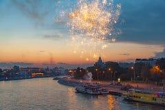 Opinión urbana de Moscú, fuegos artificiales en el cielo Imagen de archivo libre de regalías