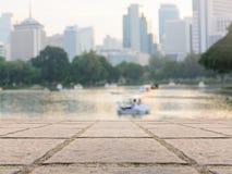 Opinión urbana del lago del parque de la área comercial céntrica de la ciudad de Bangkok Imagenes de archivo