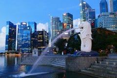Opinión urbana del paisaje de Singapur con la estatua de Merlion en Marina Bay Area imágenes de archivo libres de regalías
