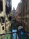Opinión veneciana del canal de un puente Foto de archivo libre de regalías