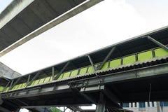 Opinión verde de la calzada y del uner del paso superior del tren de cielo en Bangkok, Th foto de archivo libre de regalías