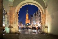 Opinión verde de la puerta para el ayuntamiento de Gdansk en la noche Fotografía de archivo