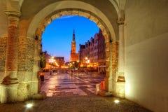 Opinión verde de la puerta para Gdansk en la noche Imagenes de archivo