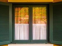 Opinión verde del edificio del reflact de la ventana Foto de archivo libre de regalías