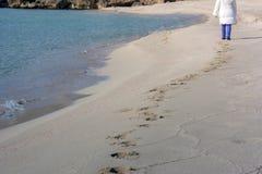 Opinión vertical Person Walking en la arena que hace huellas imagen de archivo