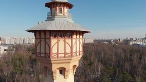 Opinión video del abejón de la torre en el parque de la universidad politécnica en St Petersburg metrajes