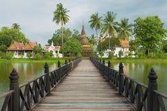 Opinión a Wat Traphang Thong con el puente sobre una charca en el primero plano en Sukhothai, Tailandia Fotografía de archivo