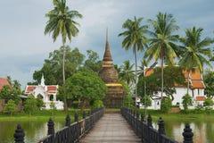 Opinión a Wat Traphang Thong con el puente sobre una charca en el primero plano en Sukhothai, Tailandia Imagenes de archivo