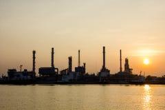 Opinión y carguero de la refinería de petróleo con salida del sol Fotografía de archivo