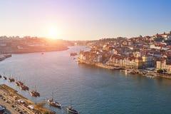 Opinión y ciudad vieja Oporto del río del Duero en la puesta del sol, fotos de archivo