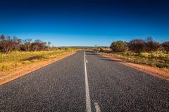 Opinión y largo camino del paisaje en Australia interior Foto de archivo libre de regalías