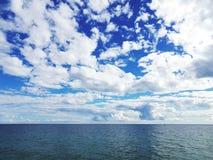 Opinión y nubes del mar fotos de archivo
