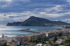 Opiniónes desde arriba de la ciudad costera hermosa de Altea hacia Serra Gelada Natural Park fotografía de archivo