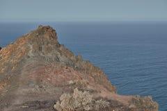 Opiniónes desde arriba de la montaña volcánica al océano azul tranquilo, Fuerteventura foto de archivo