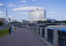 Opiniónes en el edificio del gobierno ruso imagenes de archivo
