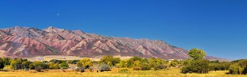 Opiniões da paisagem de Logan Valley que incluem montanhas de Wellsville, Nibley, Hyrum, providência e cidades da divisão da facu imagem de stock