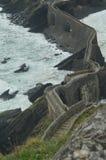 Opiniões das escadas de cima no eremitério de San Juan De Gaztelugatxe Here Filmed Game dos tronos Paisagens da natureza da arqui foto de stock
