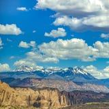 Opiniões de Moab Utá com penhascos e montanhas do Sal do La fotos de stock royalty free