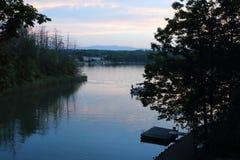 Opiniões do lago na noite imagens de stock