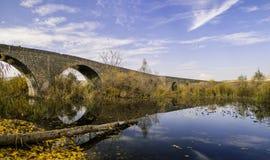Opiniões do outono de Diyarbakir do peru Vista 'da ponte histórica de Devegecidi ' imagens de stock royalty free