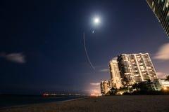Opiniões ensolaradas da cidade da Lua cheia da noite da praia do litoral das ilhas Fotografia de Stock
