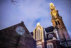 Opiniões gerais da paisagem na igreja holandesa tradicional no crepúsculo Fotos de Stock