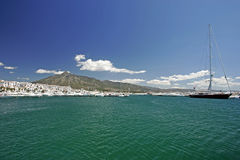 Opiniões impressionantes da paisagem através das águas desobstruídas da porta ou do porto em Spain imagem de stock royalty free