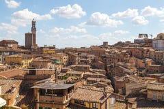 Opiniões panorâmicos da cidade da tarde de Siena Fotos de Stock Royalty Free