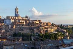 Opiniões panorâmicos da cidade da tarde de Siena Fotografia de Stock